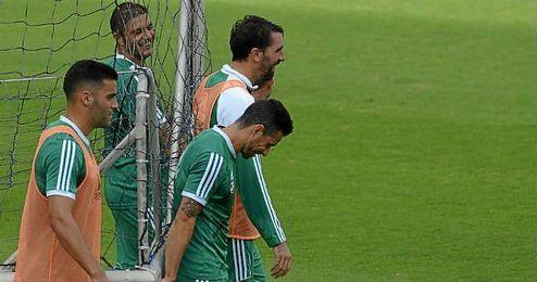 Rub�n Castro porta una porter�a con algunos compa�eros.
