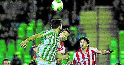 San José, en uno de sus goles de cabeza ante el Betis.