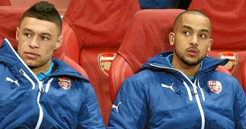 Oxlade-Chamberlain y Walcott, en el banquillo del Arsenal.