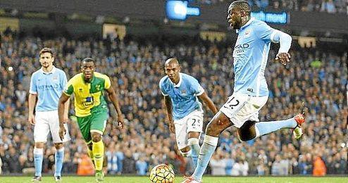 Yaya Touré lanza el penalti que supuso el triunfo para el City.