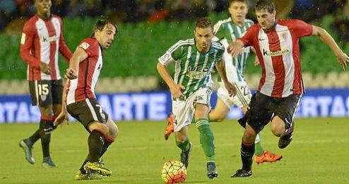 Beñat y San José presionan a Rubén Castro.