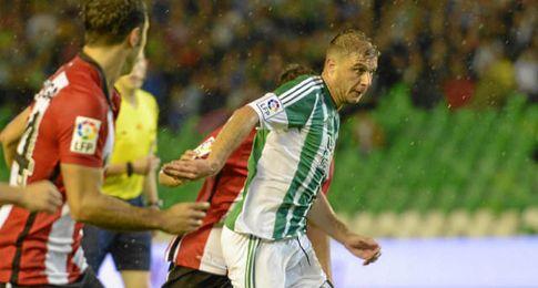 Joaquín, en un lance del partido.
