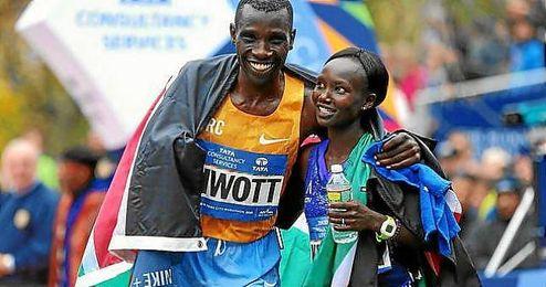 Los kenianos Biwott y Keitany celebran su triunfo en el maratón de Nueva York.
