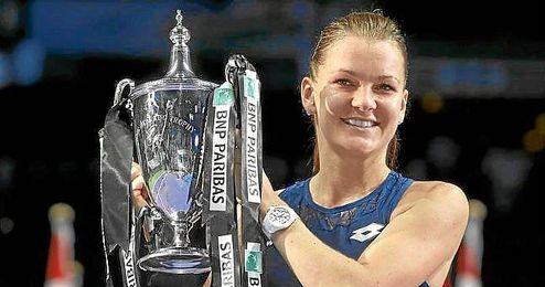 Radwanska posa feliz con su trofeo de campeona en Singapur.