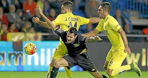 Vitolo cae dentro del área en el partido ante el Villarreal.