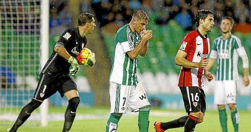 Joaquín lamente una ocasión fallada ante el Athletic Club.