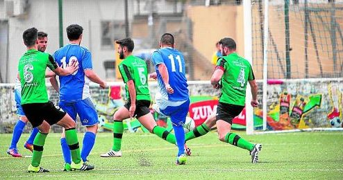 Roberto, a la izquierda, fue el autor de los goles contra el Pedrera.
