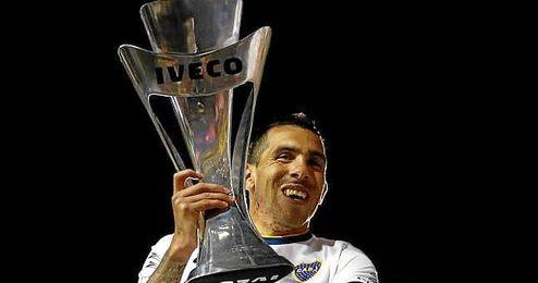 Carlos Tévez con el título de la Liga Argentina.