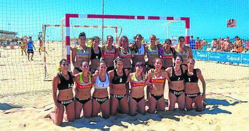 Las jugadoras del Grupo Llopis BM. Playa Sevilla calientan motores.