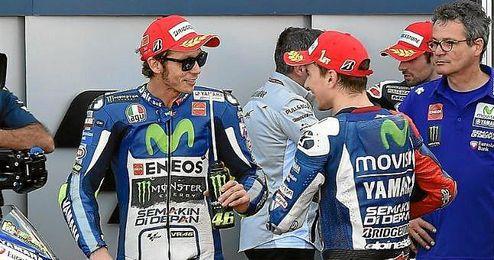 Rossi conversando con el piloto espa�ol, Jorge Lorenzo.