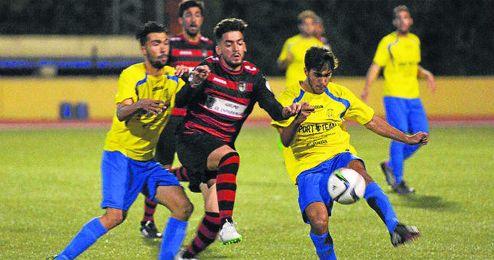 El jugador rojinegro Tano pugna el balón con los jóvenes sanjuaneros Robert y Chavero.