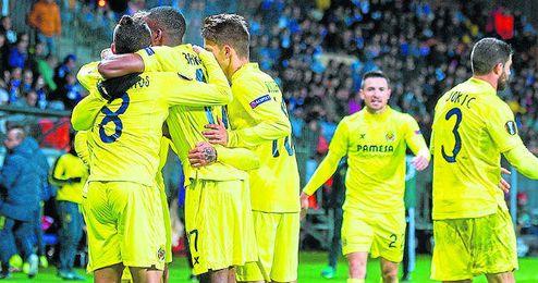 Los jugadores del Villarreal celebran uno de los dos goles de Soldado.