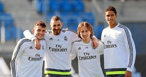 Karim Benzema posa con sus compañeros en el entrenamiento.