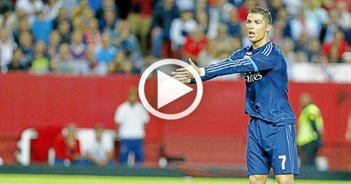 Ronaldo protesta una acción en el Sevilla-Real Madrid.