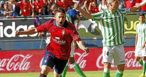 Acu�a celebra un gol en el Osasuna-Betis de la 13/14.