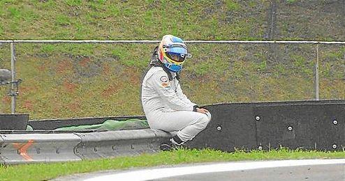 El McLaren de Alonso salió ardiendo y así se quedó el asturiano.