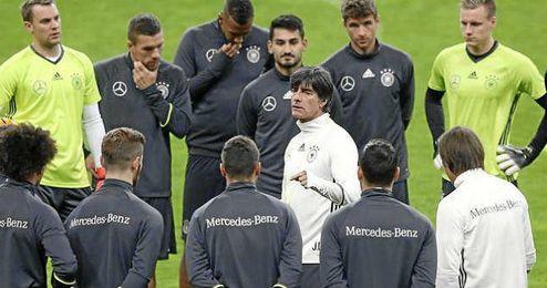 Löw se dirige a los internacionales alemanes en un entrenamiento reciente.