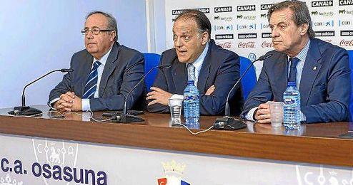 Ángel Vizcay, atendiendo a los medios en una rueda de prensa.