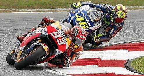 Marc Márquez perseguido por Rossi en un Gran Premio.