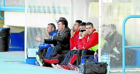 Diego Román, en el banquillo del Primero de Mayo con el Cabecense.