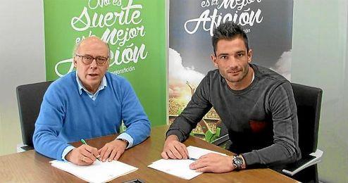 Adán, junto a Olloro, firmando su nuevo contrato.