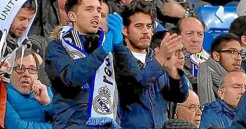 Parte de la afición del Madrid aplaudió a Iniesta en su cambio.