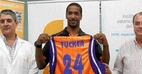Tucker fichó por el Valencia en julio de 2012 con un contrato que incluía una cláusula de rescisión de un millón de euros si alguna de las dos partes decidía romper unilateralmente el acuerdo.