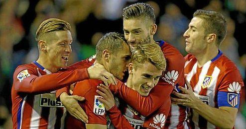 Los jugadores del Atlético celebran el gol de Koke.