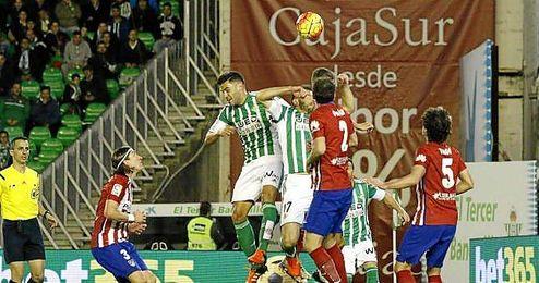 Lance del partido entre el Betis y el Atlético en el Villamarín.