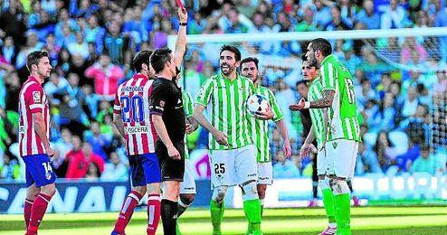 La expulsi�n del delantero uruguayo Braian Rodr�guez en el 55� marc� la �ltima visita del Atl�tico al Villamar�n.