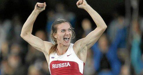 La atleta rusa Yelena Isinbayeva en acci�n durante los mundiales de Helsinki.