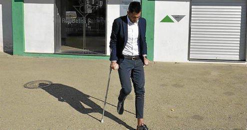 Adán abandona el Villamarín en muletas este lunes.