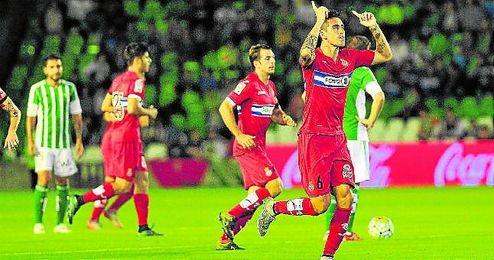 Enzo Roco celebra el gol que adelantó al Espanyol en el Villamarín en el minuto 4 de partido.