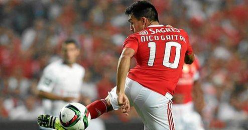 Nicol�s Gait�n, en un partido con el Benfica.