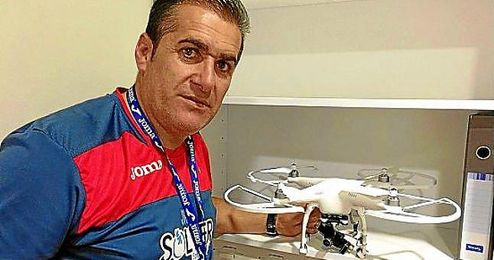 Sandoval, con el dron que utiliza en los entrenos.