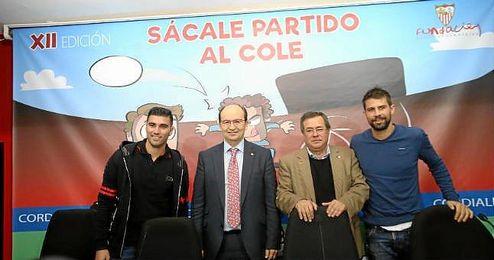 Jos� Castro acompa�ado por los capitanes, Reyes y Coke.