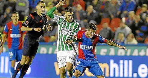 Dani Ceballos presiona a un jugador del Levante.