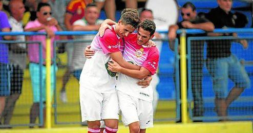 Salvi, (izquierda) abrazado a Edu Calder�n, suma cinco goles en el presente campeonato.