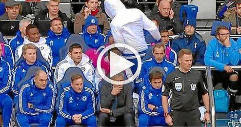 Diego Costa se enfada, lanza el peto y casi da a Mourinho