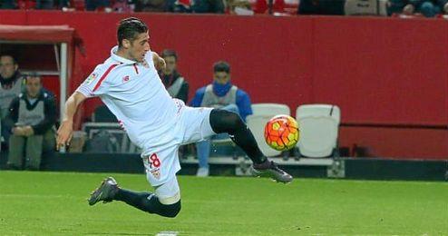 Escudero se lanza para marcar el gol del triunfo sevillista.