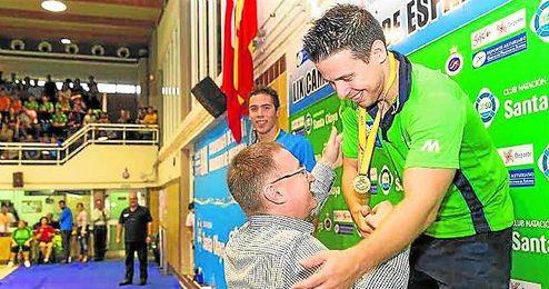 Mario Cortés recoge su medalla de oro en los 200 braza.
