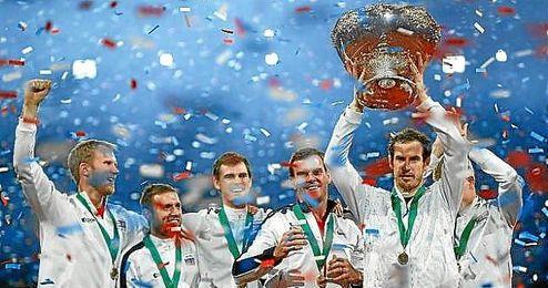 Andy Murray levanta la Ensaladera de la Copa Davis.