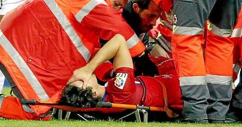 En la imagen, Tiago es retirado en camilla durante el partido.