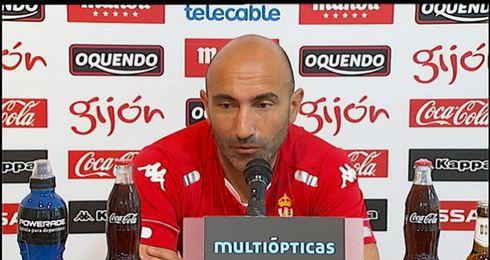 Abelardo anuncia la lista de convocados ante los medios de comunicaci�n.