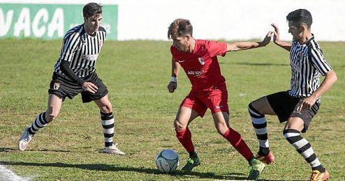 El centrocampista rojillo Paquito, en un lance ante el Mairena