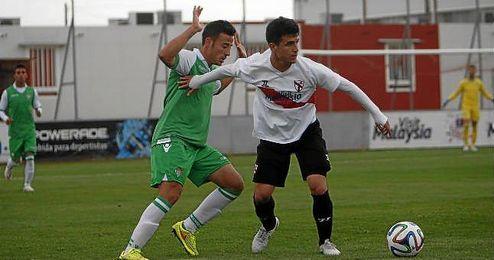 Matos y el exbético Álvaro González, en el Sevilla Atlético-Betis B de la 14/15