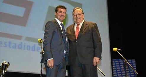 Joaqu�n Adorna, Director Editorial de ESTADIO Deportivo, junto al presidente de la RFAF, Eduardo Herrera.
