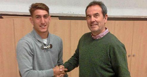 Eliseo posa junto a Ramón Vázquez tras la firma del contrato.