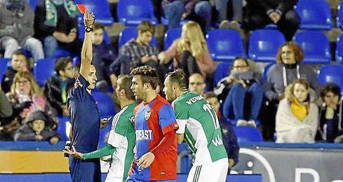 Momento en el que el árbitro expulsa a Westermann en el Ciudad de Valencia.