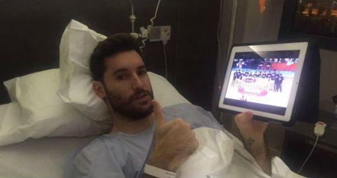 Rudy sigue el partido de su equipo desde la cama del hospital.